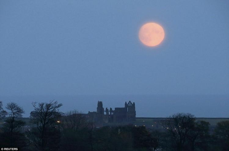 Mặt trăng mọc ở nước Anh ngày 13/11.