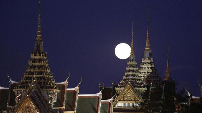 Mặt trăng mọc ở Grand Palace ở Bangkok.