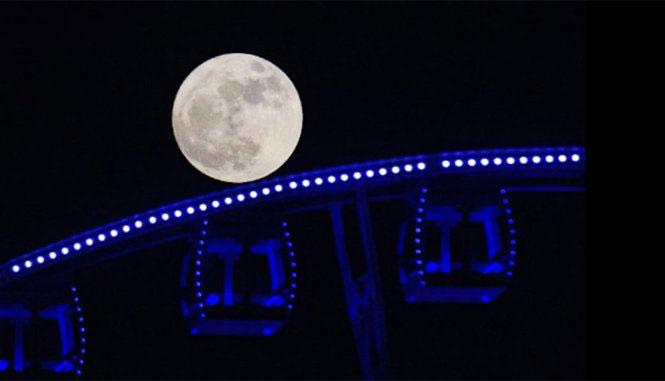 Siêu trăng đi qua một vòng đu quay