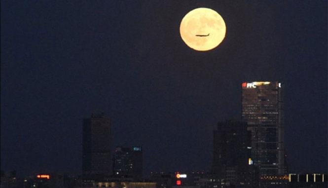 Hình ảnh máy bay bay ngang qua siêu trăng