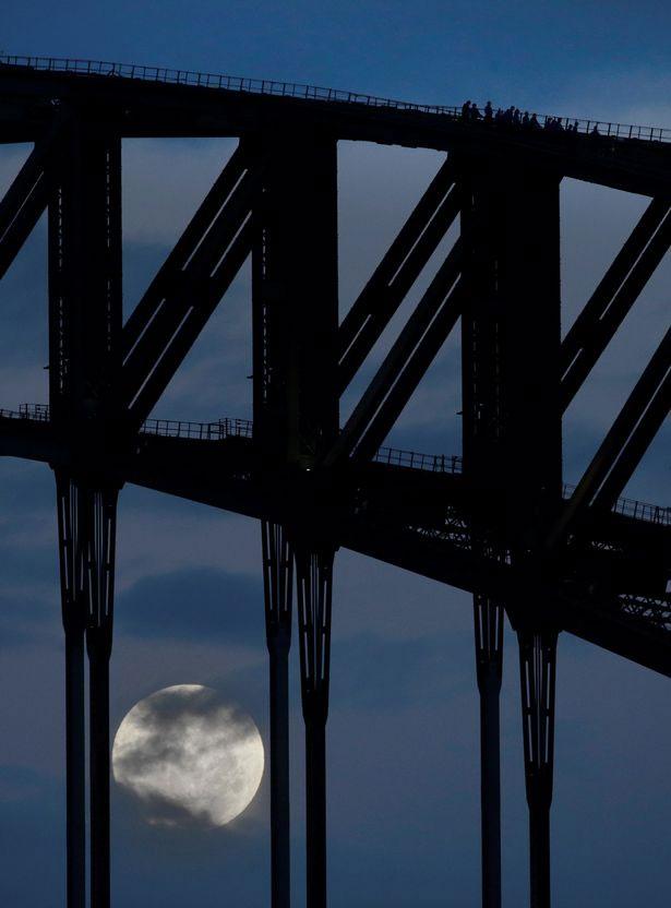 Siêu trăng ẩn hiện tại cầu Harbour, Sydney.