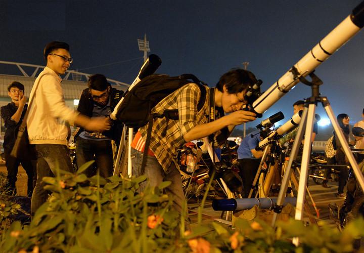 Trước cổng sân vận động Mỹ Đình (Hà Nội), hàng trăm người dân tụ tập xem siêu trăng.