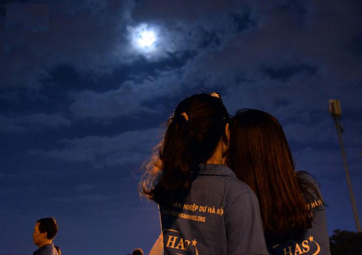 Siêu trăng liên tục ẩn hiện sau lớp mây nhưng không khiến những bạn trẻ yêu thiên văn nản lòng chờ đợi.