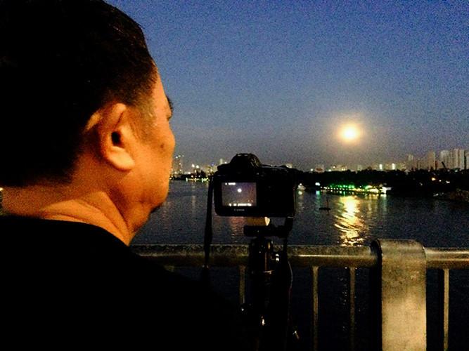 Ngắm siêu trăng từ cầu Thủ Thiêm trên sông Sài Gòn.