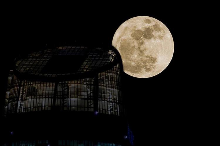 Siêu trăng bên Trung tâm hành chính thành phố Đà Nẵng.