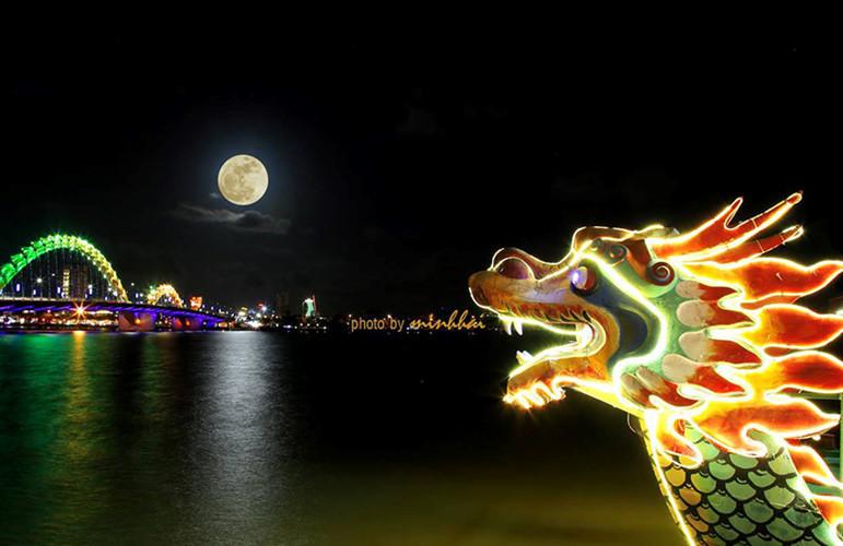 Siêu trăng trên sông Hàn (Đà Nẵng).