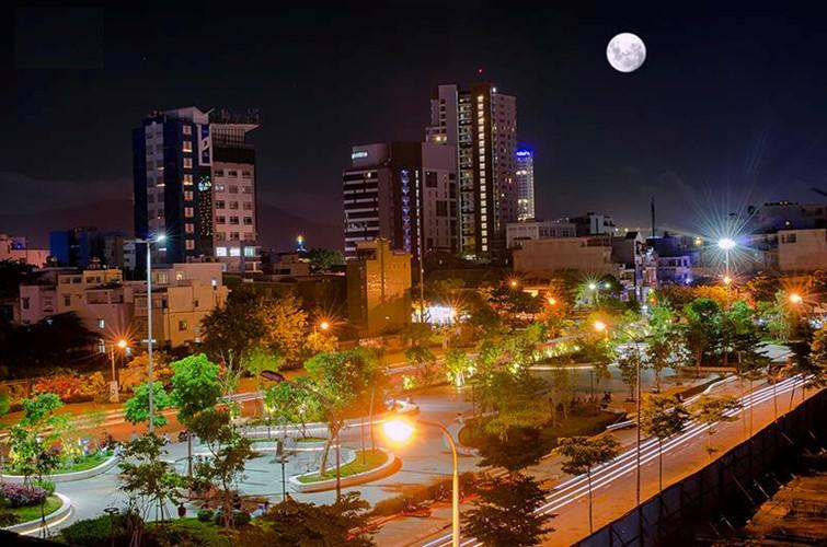 Siêu trăng khiến thành phố Đà Nẵng thêm huyền ảo.