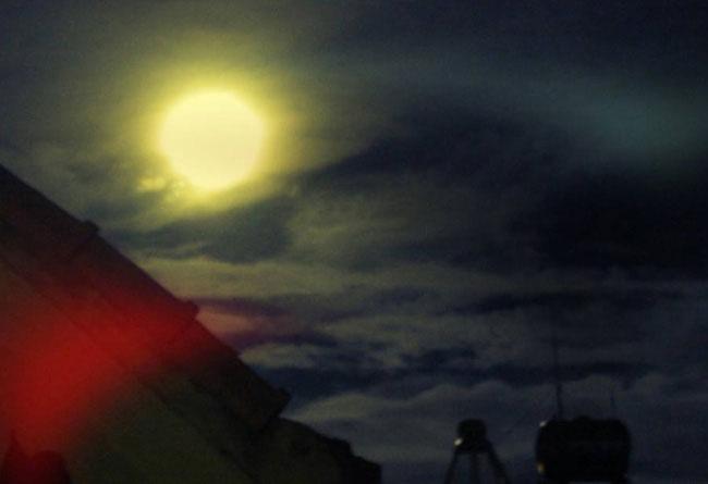 Ảnh chụp siêu trăng của độc giả Hạnh Vũ tại quận Hoàn Kiếm, Hà Nội.