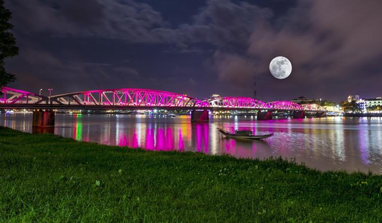 Người dân cố đô Huế đến 2 bên bờ sông Hương để cùng ngắm siêu trăng.