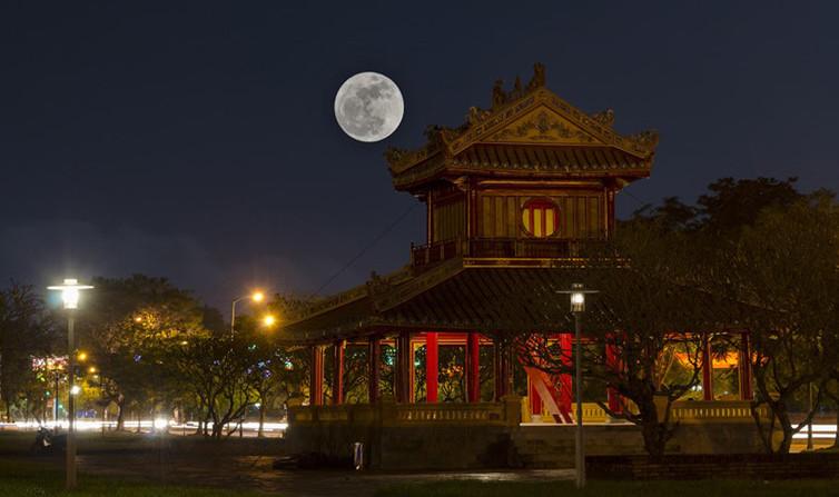 Phu Văn Lâu (Huế) trong đêm kỳ ảo.