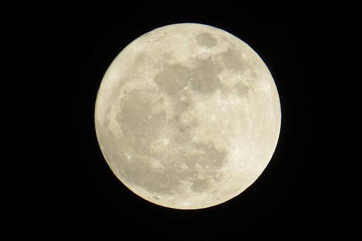 Siêu trăng nhìn từ biển Đồ Sơn, Hải Phòng.