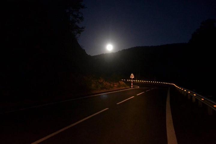 Mặt trăng sáng rực ở Lâm Đồng.