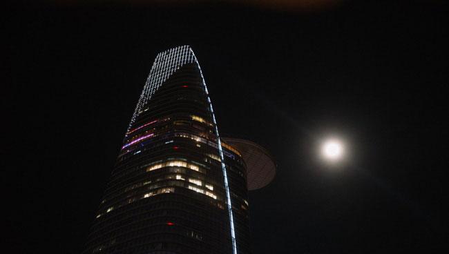 """Siêu trăng """"đọ sắc"""" bên cạnh tòa nhà Bitexco."""