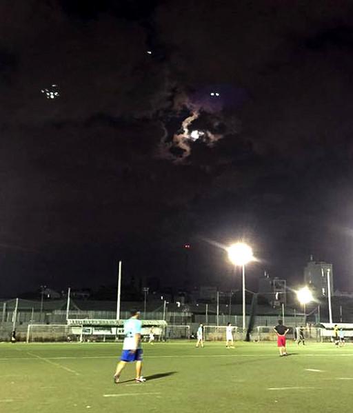 Những hình ảnh anh Nguyễn Vinh chụp được, được cho là vật thể bay lạ xuất hiện chiều tối 13/11 trên bầu trời Sài Gòn.