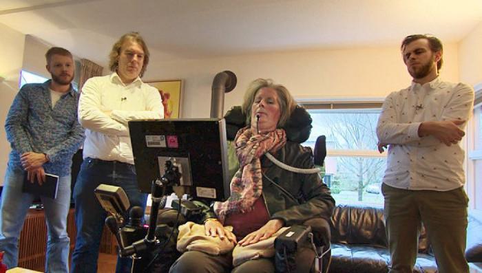 Bệnh nhân Hanneke de Bruijne được cấy ghép thiết bị giúp giao tiếp bằng suy nghĩ.
