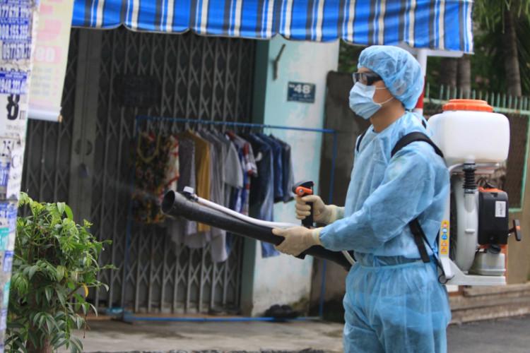 TP HCM tổ chức phun xịt hóa chất diệt muỗi trên diện rộng.