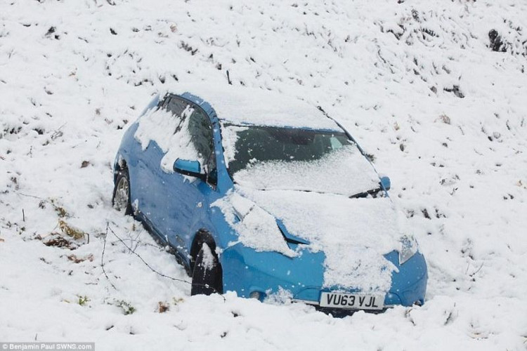 Một chiếc xe mắc kẹt giữa lớp tuyết dày ở Ilkley Moor, West Yorkshire, Anh trong đợt tuyết rơi đầu mùa.