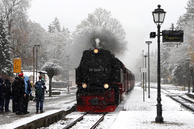Tuyết rơi làm ảnh hưởng đến hệ thống giao thông khắp Châu Âu, trong đó có Đông Đức.