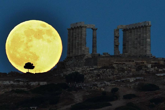 ...độ lớn của trăng dường như áp đảo cả kiến trúc đồ sộ ở Athens, Hy Lạp.