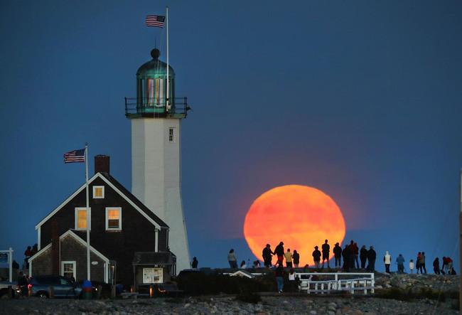 Mặt trăng dường như to hơn ở cuối đường chân trời...