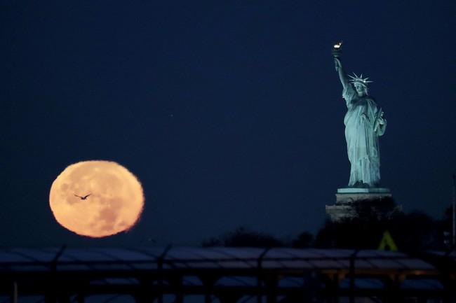 Siêu trăng kỳ vĩ e ấp bên cạnh bức tượng Nữ thần Tự do ở New York, Mỹ.
