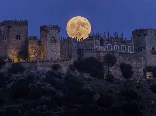 Siêu trăng đẹp lộng lẫy ở Almodovar tại Cordoba, miền Nam Tây Ban Nha.