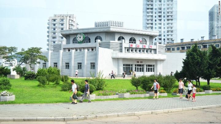 Bên ngoài ga tàu điện ngầm Hwanggumbol, Bình Nhưỡng.