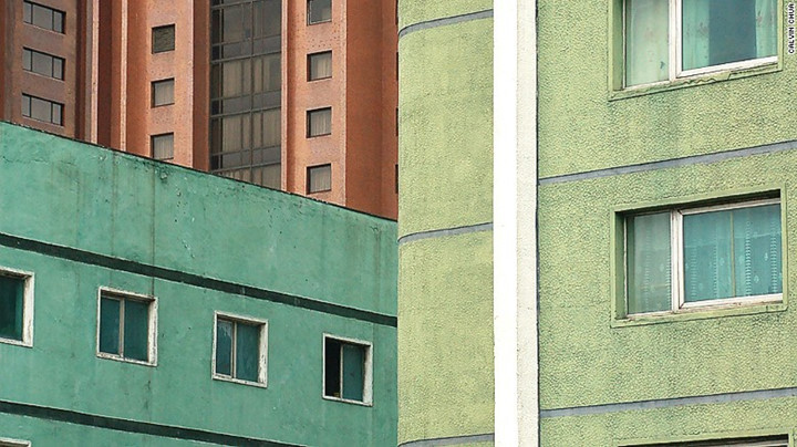 Nhiều công trình ở Bình Nhưỡng sơn màu sắc để làm giảm đi độ thô cứng của xi măng bên ngoài tòa nhà.