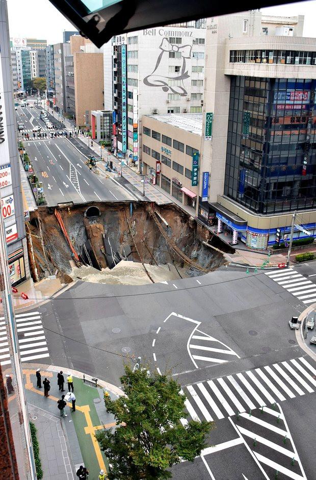 Hố tử thần dài khoảng 30m, rộng 27m và sâu 15m đã bất ngờ xuất hiện gần bến tàu JR Hakata tại thành phố Fukuoka.