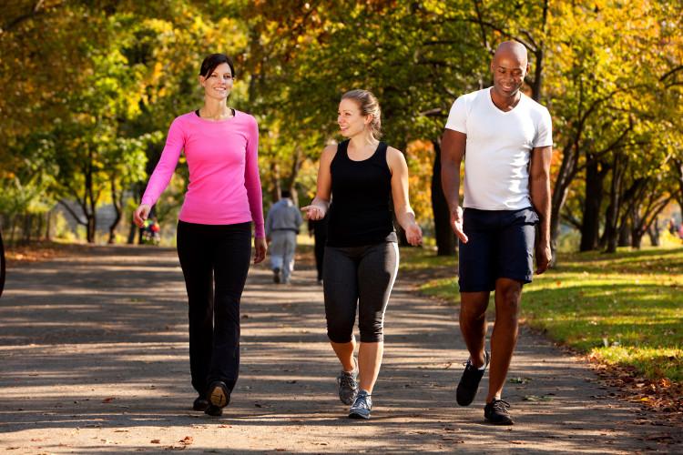 Khi đi bộ, bạn sẽ vừa đi vừa vung tay và thậm chí bản thân bạn còn không nhận ra điều đó.