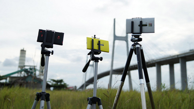 Một thiết bị không thể thiếu đó là chiếc tripod để giữ vững thiết bị trong quá trình chụp.