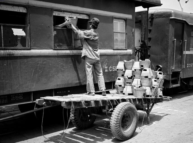 Vận chuyển bếp than lên một toa tàu ở ga Sài Gòn năm 1994.