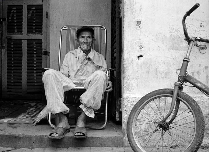 Cụ ông trên đường Đồng Khởi, 1994.