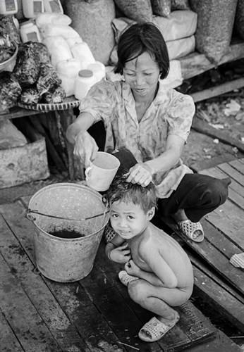 Em bé tắm trên phố, 1994.