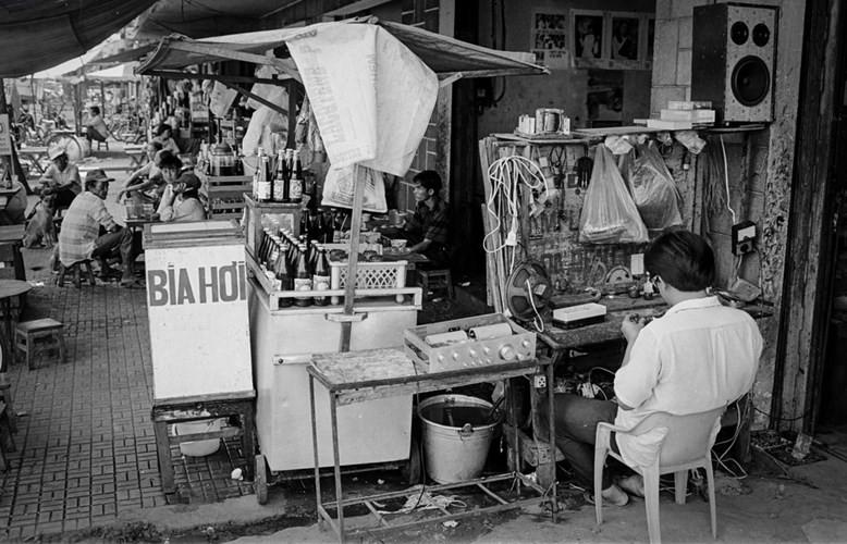 Một góc phố Sài Gòn với hàng sửa chữa đồ điện và quán giải khát, 1994.
