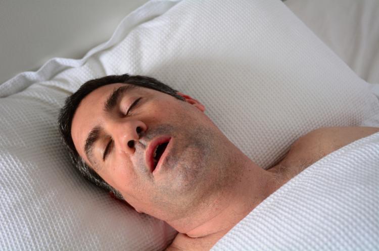 Nếu bị ngưng thở khi ngủ, não nhanh chóng nhận ra cơ thể thiếu oxy và đánh thức bạn dậy.