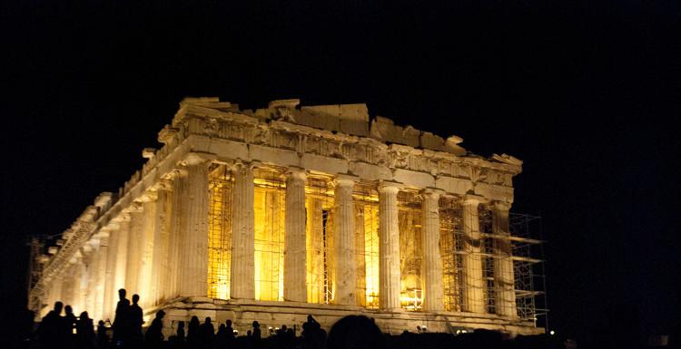 Đền thờ Parthenon về đêm.