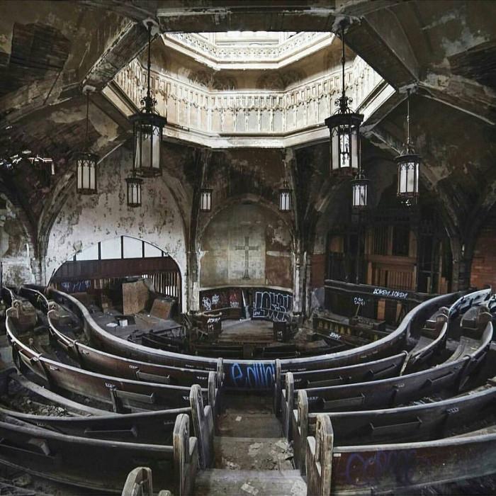 Nhà thờ hoang phế tại thành phố Detroit, bang Michigan, Mỹ.