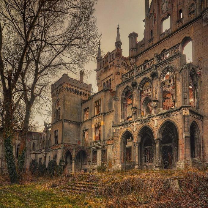Lâu đài đổ nát trong làng Kopice, Ba Lan.