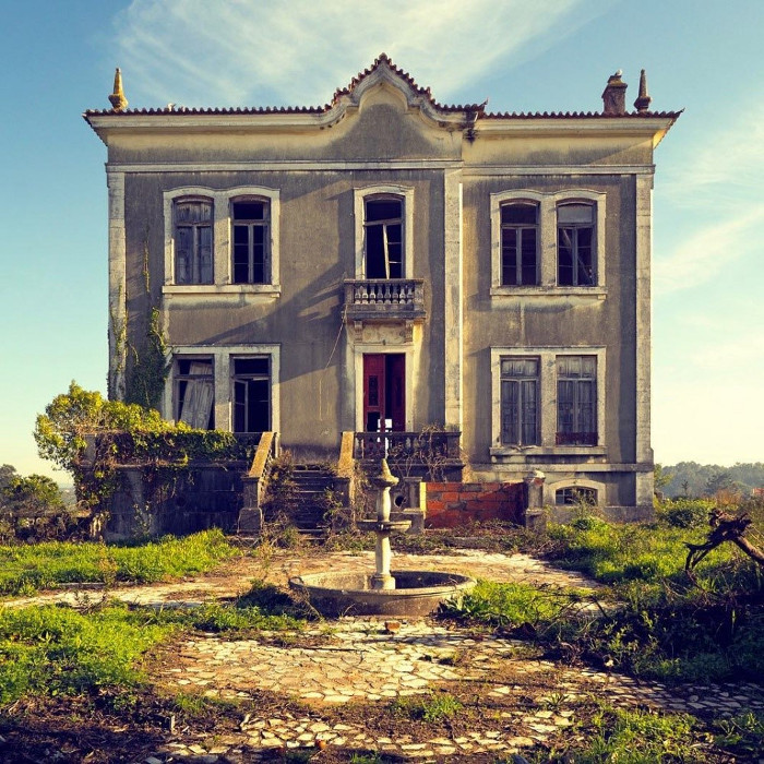 Một ngôi nhà bỏ hoang ở miền quê.