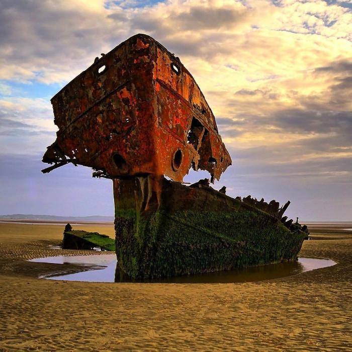 Xác của con tàu bị mắc kẹt tại quận Louth, Ireland.