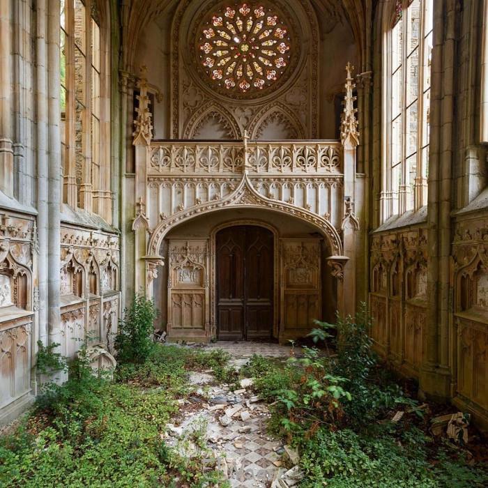 Một nhà thờ bỏ hoang đầy vẻ đơn độc tại Pháp.