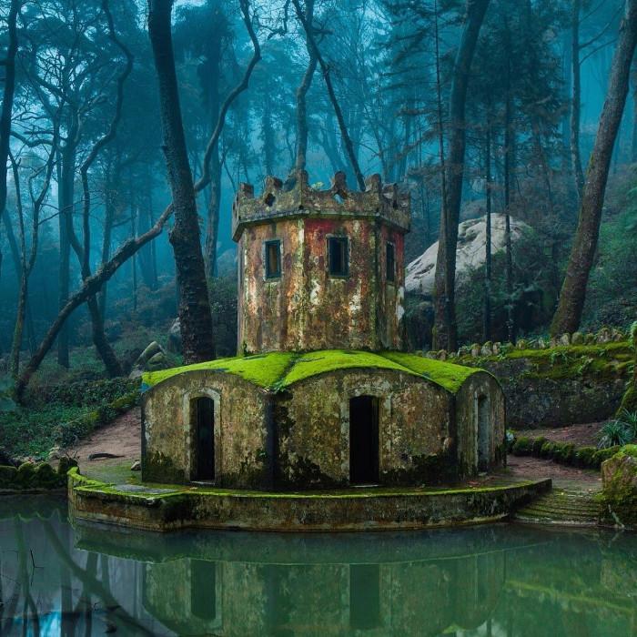 Một lâu đài cũ đổ nát ở thị trấn Sintra, Bồ Đào Nha.