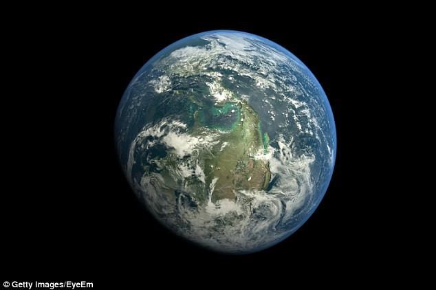 Giáo sư Hawking nói con người đang sống trên một Trái Đất yếu ớt.