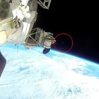 Video: UFO màu bạc bay vọt qua Trạm Vũ trụ Quốc tế