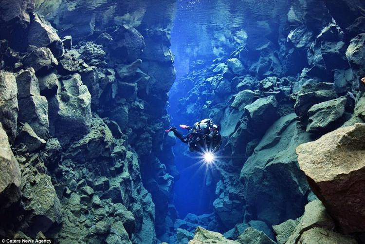 Scott Fitzsimmons (27 tuổi) đã lặn tại rãnh Silfra, thuộc công viên quốc gia Thingvellir, Iceland.