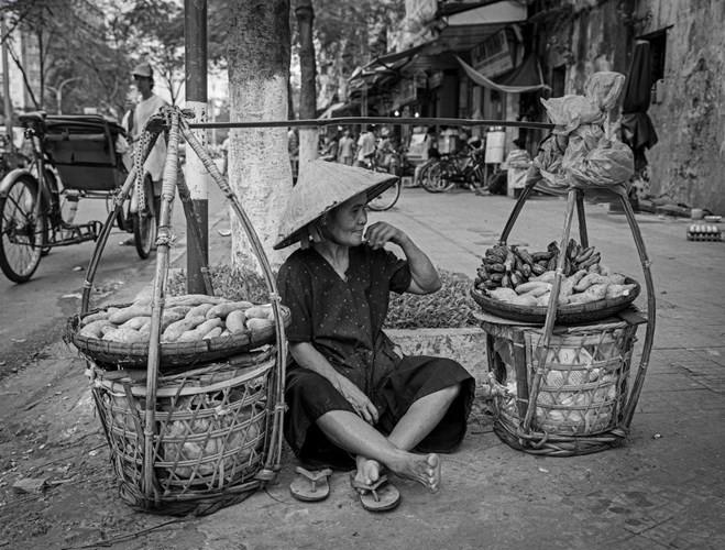 Cụ bà bán khoai lang và chuối luộc, 1999.