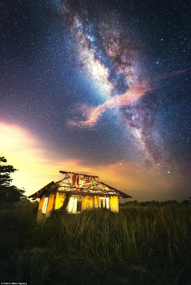 Cảnh tượng hàng nghìn ngôi sao chiếu sáng lấp lánh trên bầu trời đêm tại vùng ven biển Batu Pahat, Malaysia.