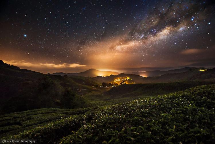 Bầu trời đêm với hàng nghìn ngôi sao lung linh trên vùng núi có phong cảnh tuyệt đẹp ở Malaysia.