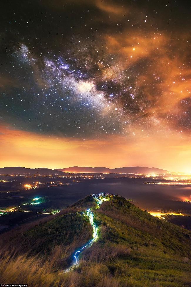 """Phong cảnh đẹp được """"tắm"""" trong ánh sáng từ những ngôi sao đêm, thành phố và dung nham nóng của các ngọn núi lửa."""